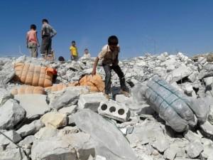 Kinder auf Ruinen im Luft- Krieg gegen IS